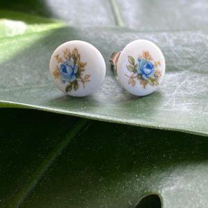 🎉5/20 SALE🎉 VTG porcelain flower stud earrings